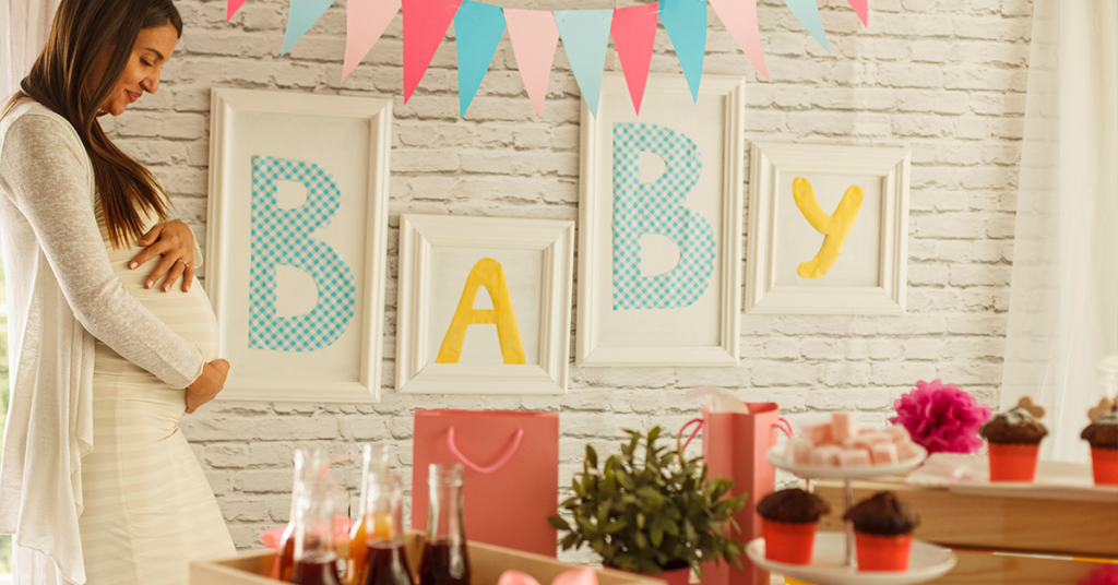 Baby shower photo trends include focusing on baby bumps and shower decor.