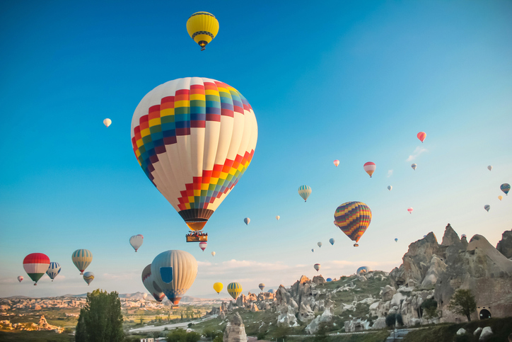 An event where lots of people fly in hot air balloons   Motif