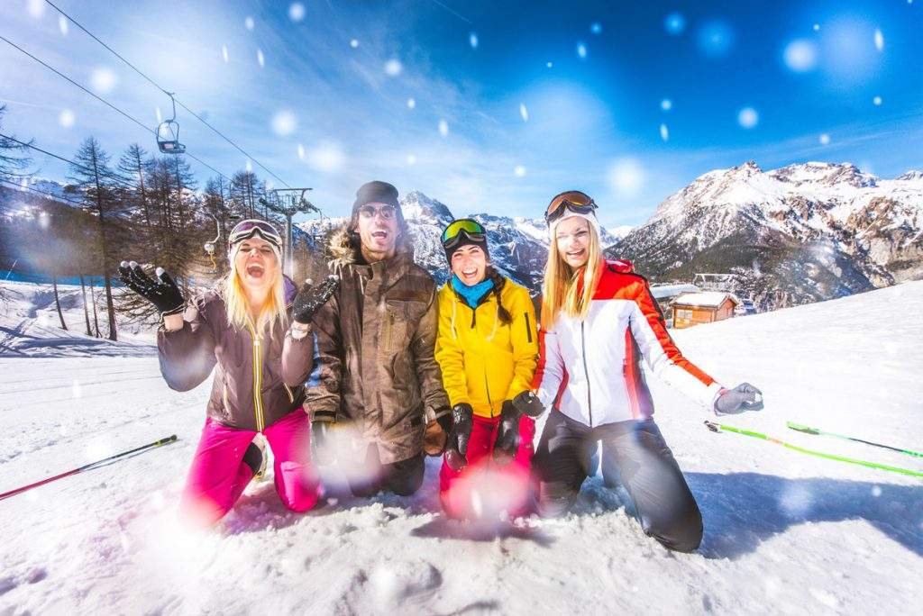 A group of friends taking a picture after skiing   Motif